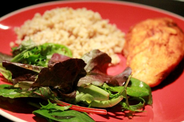 Ένα γευστικό πιάτο με κοτόπουλο και πλιγούρι, με τη νοστιμιά που δίνει η καπνιστή πάπρικα.