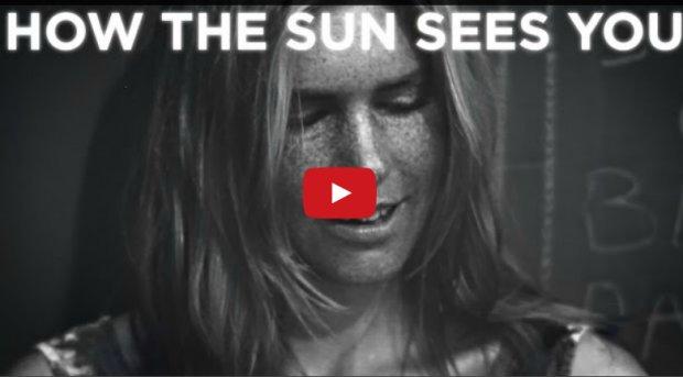 Δείτε τι συμβαίνει όταν άνθρωποι βλέπουν το αποτέλεσμα της υπεριώδους ακτινοβολίας στο πρόσωπό τους μέσα από μια ειδική κάμερα - και πώς αυτό αλλάζει με τη χρήση αντιηλιακού (βίντεο).