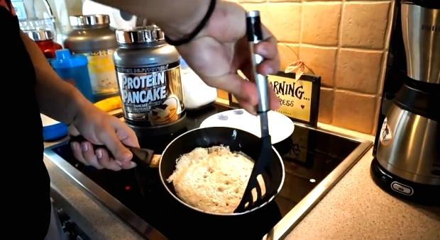 Το πιτάκι ασπραδιού-βρώμης redefined, σε ένα μόνο scoop από το Protein Pancake της Scitec Nutrition. Ο Γιώργος Βυζανιάρης ετοιμάζει το πιτάκι και μας δείχνει τον τρόπο (video).