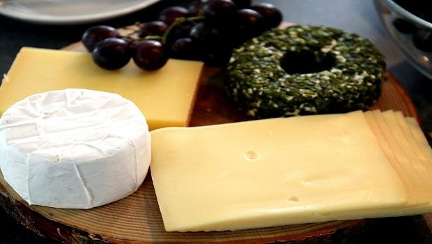Πλήρεις πίνακες διατροφικών στοιχείων (θερμίδες, πρωτεΐνες, υδατάνθρακες, λιπαρά, βιταμίνες, μέταλλα, ιχνοστοιχεία) διαφόρων τυριών του εμπορίου.