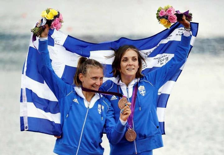 Το 2ο χάλκινο μετάλλιο της Ελλάδας στους Ολυμπιακούς Αγώνες 2012 του Λονδίνου γιορτάζουν η Αλεξάνδρα Τσιάβου και η Χριστίνα Γιαζιτζίδου στο διπλό σκιφ ελαφρών βαρών της Κωπηλασίας.